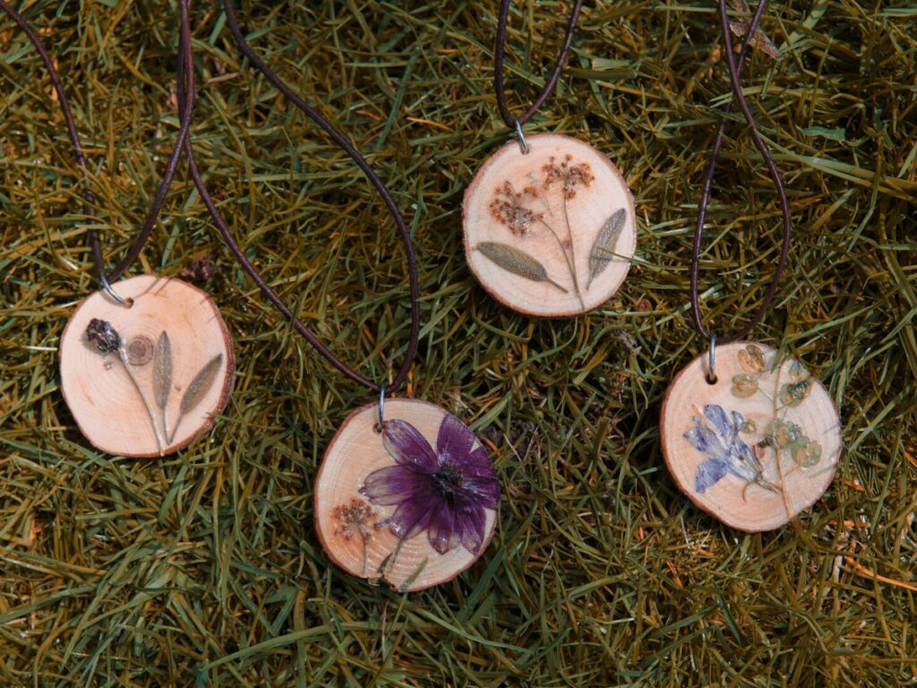 nature craft: diy wood slice necklaces with pressed flowers